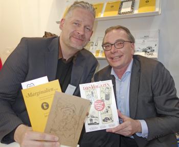 Verleger und Neu-Pirckheimer Till Kaposty-Bliss (l.) mit dem Pirckheimer-Vorsitzenden Ralph Aepler am Messestand in Halle 3.