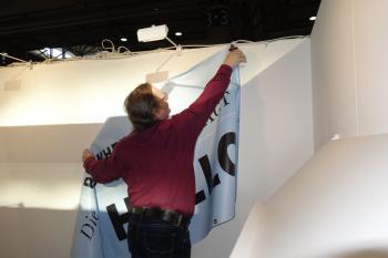 Jetzt heißt es aufräumen. Abel Doering durchtrennt den letzten Kabelbinder. Dann verschwindet das Pirckheimer-Transparent in der Transportkiste. Aber nicht für immer!