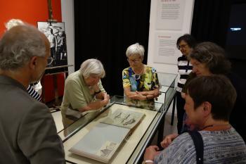 In dieser Vitrine sahen die Pirckheimer eine kleine Sensation: Das jüngst aufgefundene Skizzenbuch Feiningers aus dem Jahr 1905. Es wird in dieser Dauerausstellung erstmals dem Publikum zugänglich gemacht.   © Ralf Wege