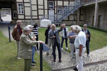 Mit Erläuterungen zur Entstehungsgeschichte der Feininger-Sammlung startete Michael Freitag im Hof des Museums seine Führung, bevor es in die Galerie-Räume ging. | © Ralf Wege