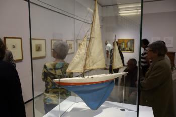 Das Segelschiff als Motiv spielt in Feiningers Werk eine zentrale Rolle. So hat dieses Schiffsmodell in der Dauerausstellung seinen Platz bekommen. | © Ralf Wege
