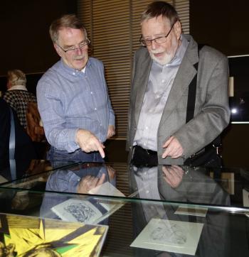 Hirsch-Liebhaber unter sich: Dr. Peter Labuhn aus Stendal (r.) und Gerhard Rechlin aus Potsdam bei der Vernissage in Wolfenbüttel.