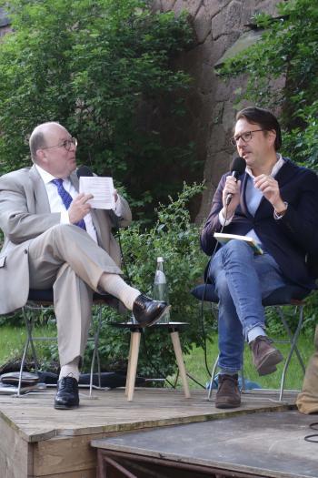 """Denis Scheck (l.) im Gespräch mit Matthias Weichelt, Chefredakteur von """"Sinn und Form"""".   © R. Wege"""